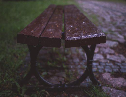 ławka w deszczu