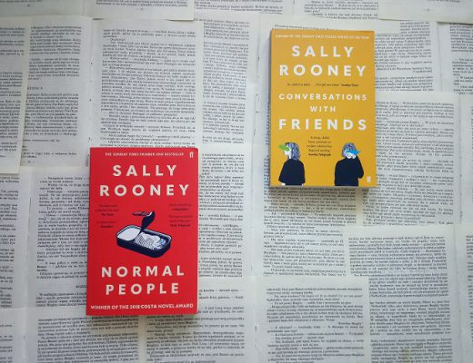 Conversations with Friends i Normal People książki na kartkach książek