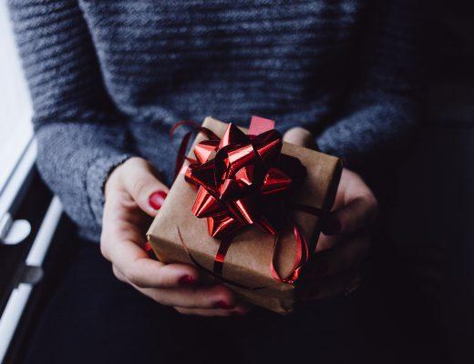 kobieta trzymająca prezent