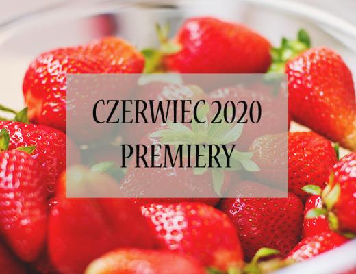 """Miska truskawek w tle, napis """"czerwiec 2020 - premiery"""""""
