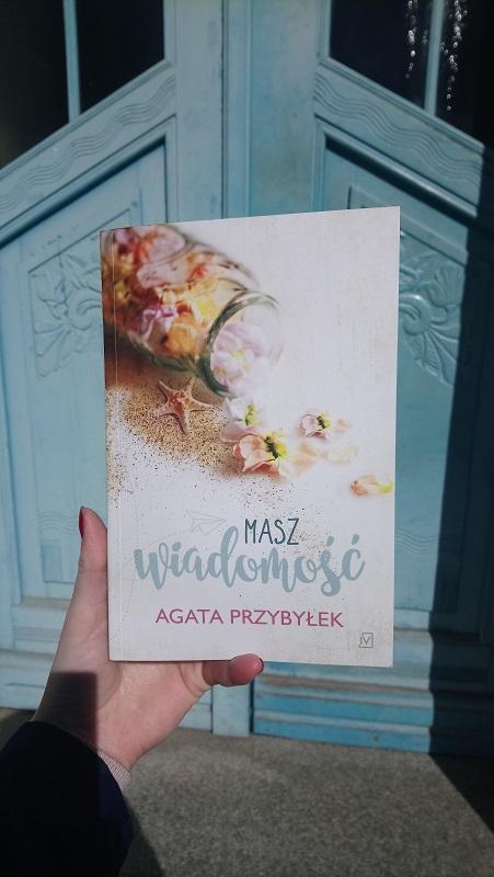 Masz wiadomość Agata Przybyłek okładka na tle niebieskich drzwi