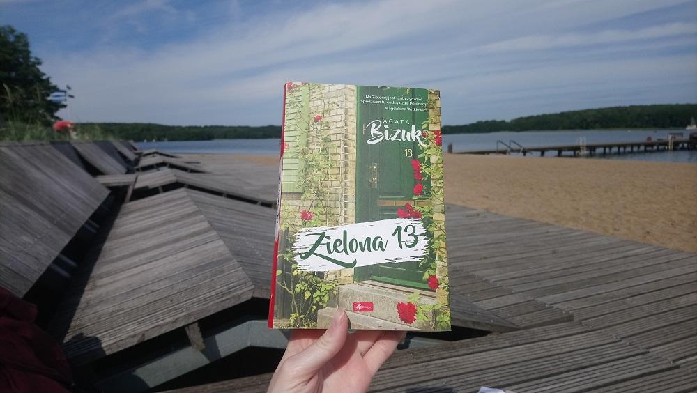 Zielona 13 Agata Bizuk okładka, w tle plaża i jezioro