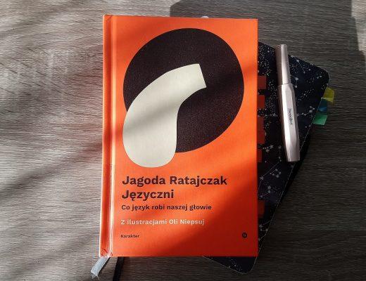 Języczni Jagoda Ratajczak książka na biurku