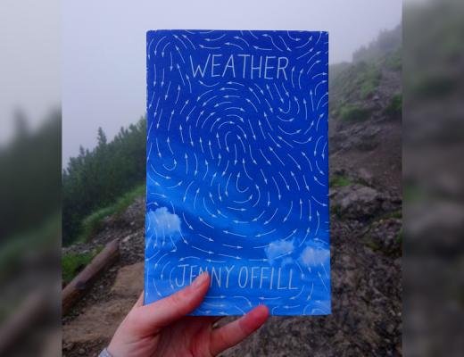 """Książka """"Weather"""" Jenny Offill okładka na tle gór"""