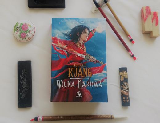 Wojna makowa książka otoczona zestawem do kaligrafii japońskiej