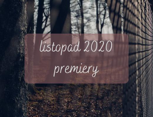 """Napis """"Listopad 2020 premiery"""" na tle płotu i drzew jesiennych"""