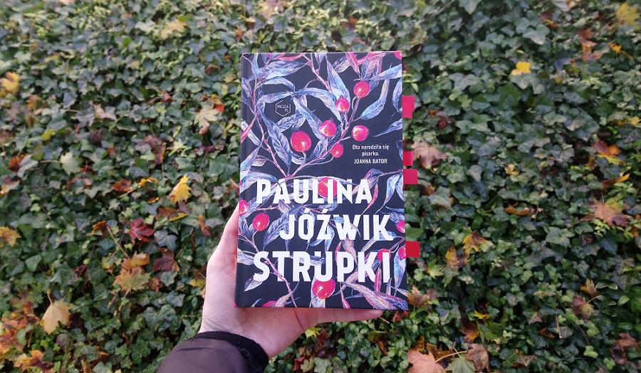 """""""Strupki"""" książka na tle liści"""