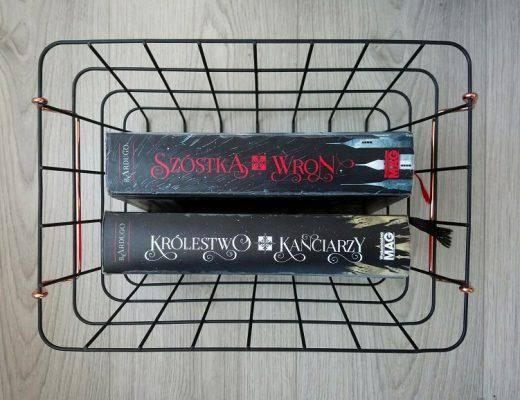 Książki w metalowym koszyku Szóstka wron i Królestwo kanciarzy