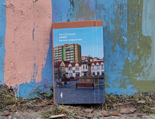 Książka na tle muru z grafitti